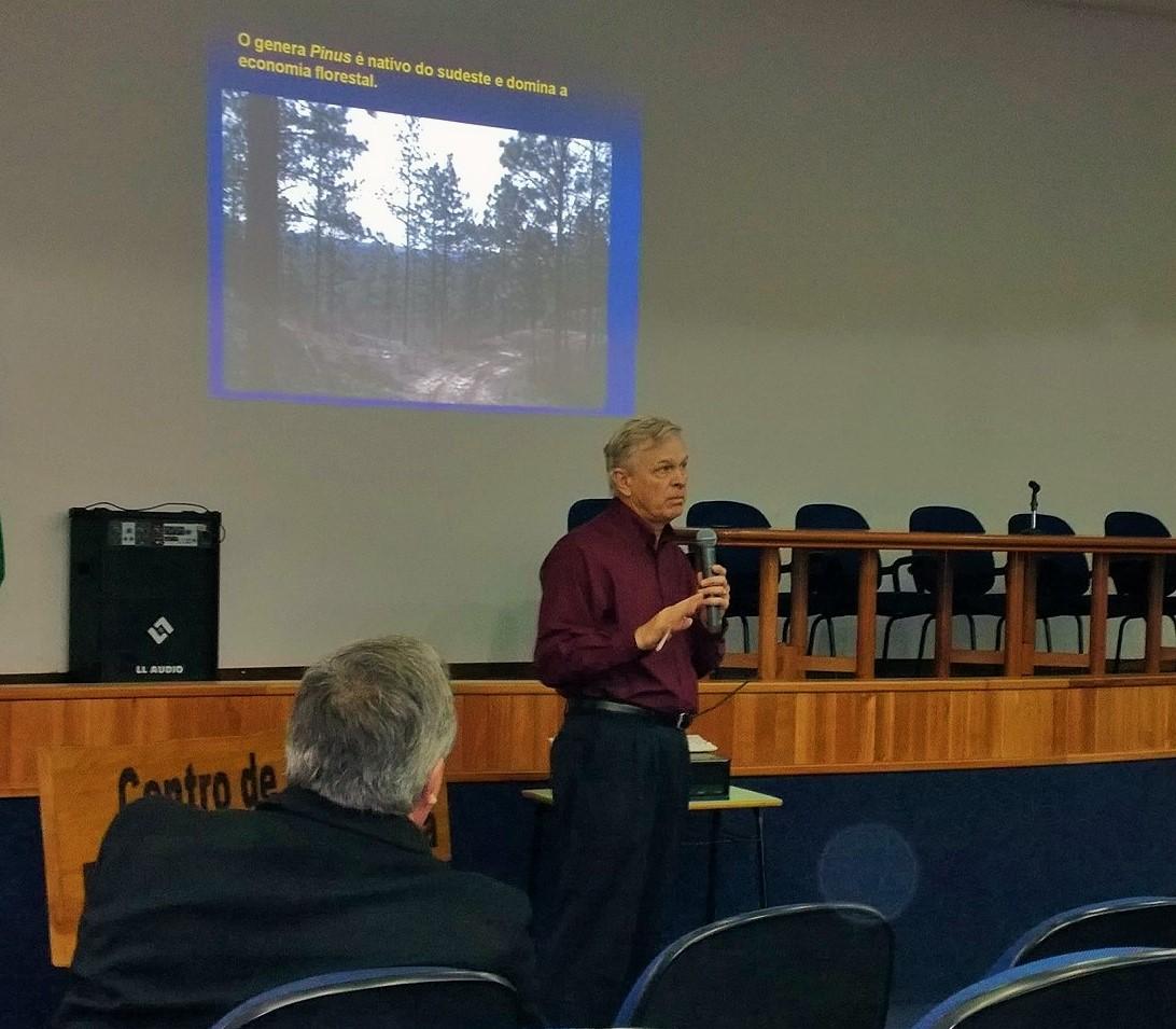 Prof. Ken McNabb, durante sua palestra