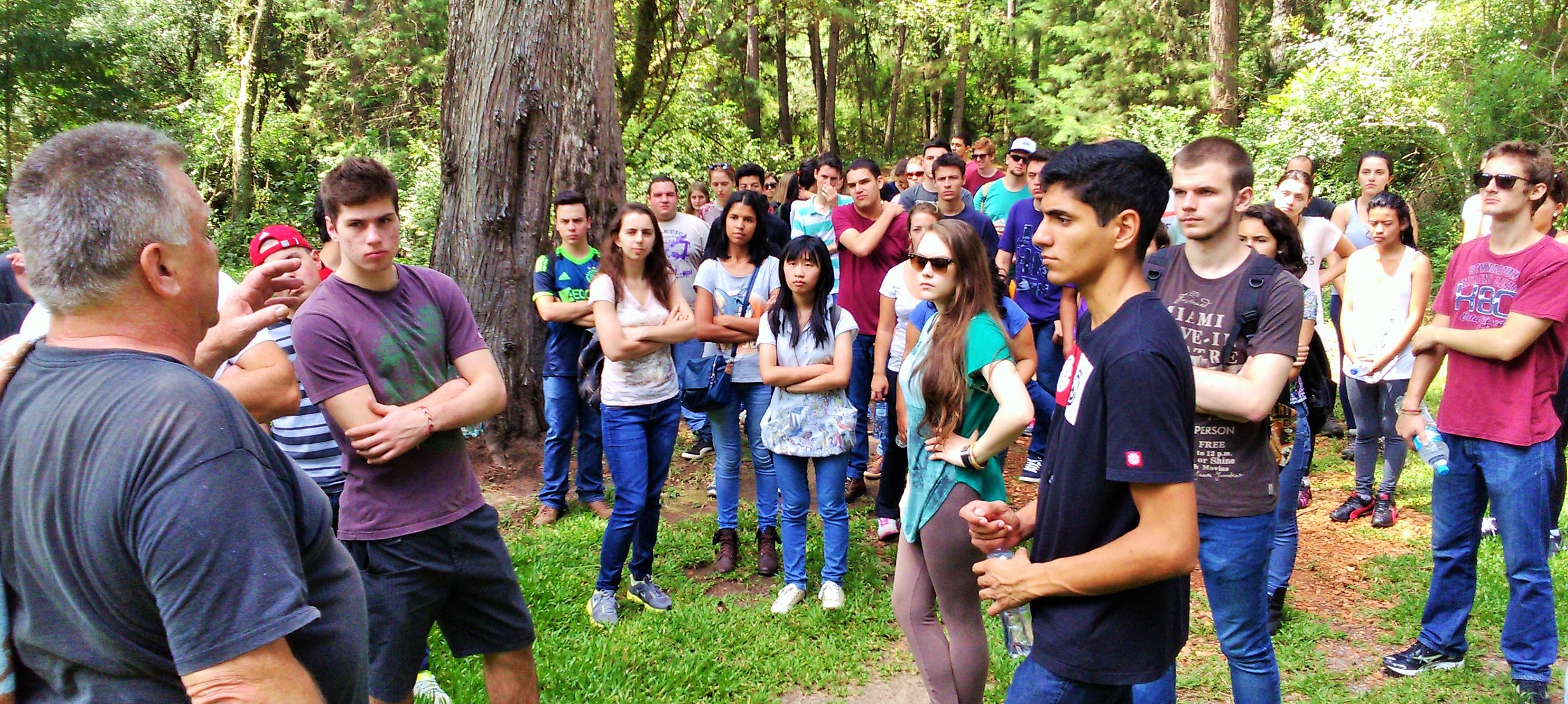 Prof. Firkowski e alunos durante a visita aos atalhões florestais.